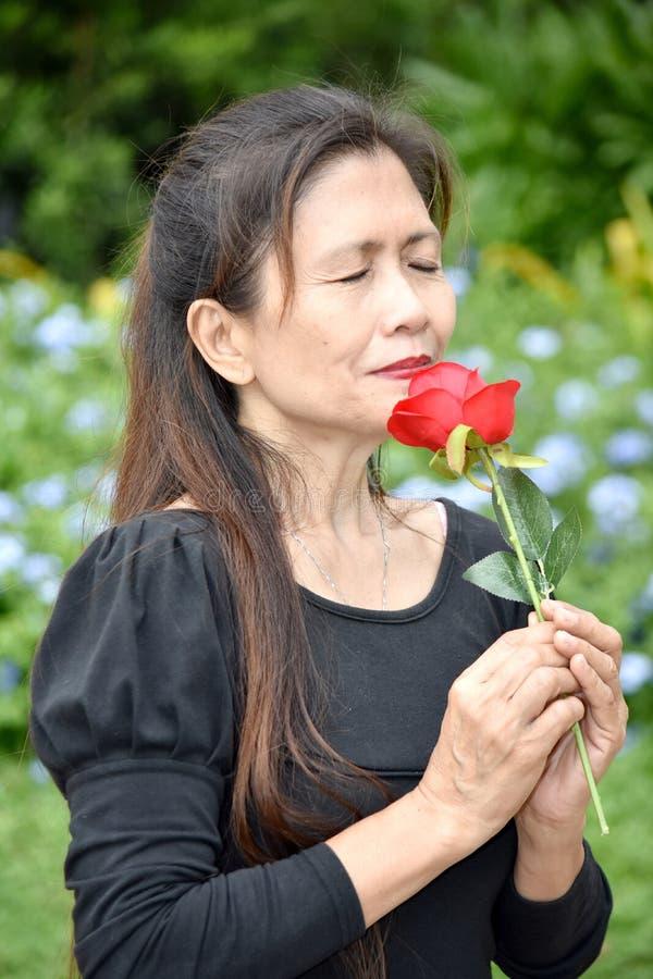 Gefühlloser weiblicher Senior mit Blumen lizenzfreies stockbild