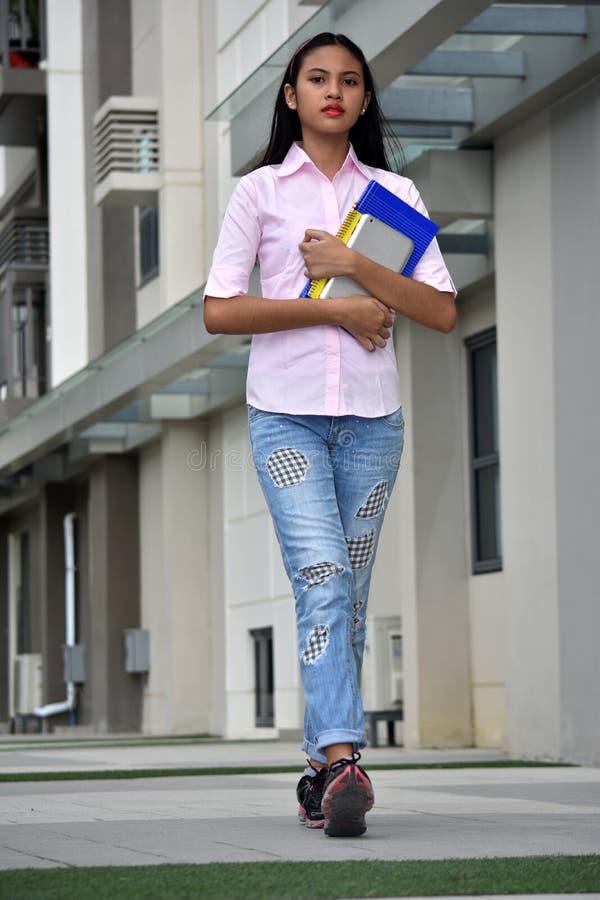 Gefühlloses nettes Filipina Girl Student With Books lizenzfreie stockfotografie