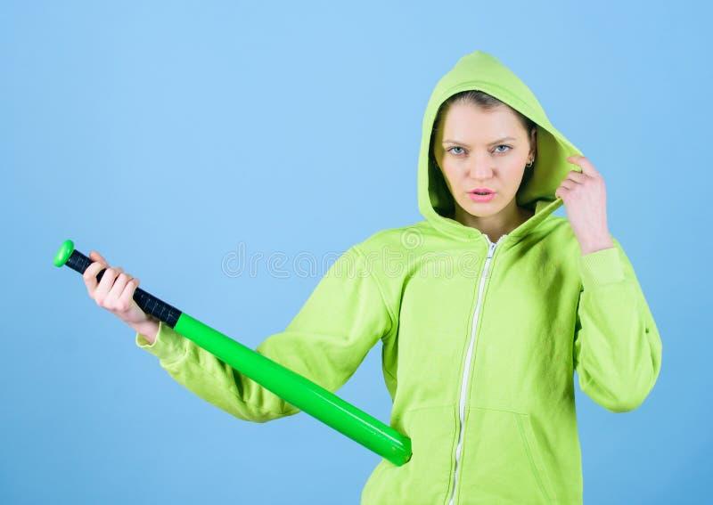 Gefühlsenergie Frauenspiel-Baseballspiel oder Gehen, jemand zu schlagen Des Jackengriff-Baseballschlägers des Mädchens mit Kapuze stockfotos