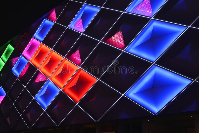 Geführte Zwischenwand, Nachtbeleuchtung des modernen Handelsgebäudes lizenzfreie stockfotos