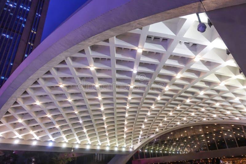 Geführtes Licht auf moderner errichtender Bogenhandelsdecke stockfoto