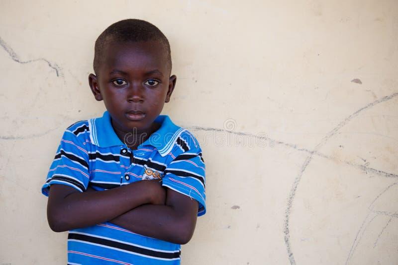 GEFÜLLTE MAISMEHLTASCHE, GHANA-ï ¿ ½ am 22. März: Nicht identifizierte junge afrikanische Jungenhaltung a stockfotos