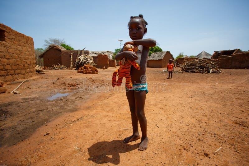 GEFÜLLTE MAISMEHLTASCHE, GHANA-ï ¿ ½ am 24. März: Nicht identifiziertes junges afrikanisches Mädchen playin lizenzfreie stockfotografie
