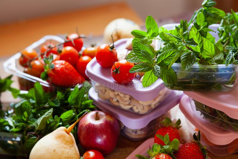 Gefüllte Plastikbehälter, zum der Nahrung, der Kräuter und der Früchte frisch, Konzept zu sparen des Wirtschaftshaushalts stockbilder
