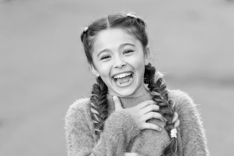 Gef?hlkonzept Starb fast zu lachen Geben Sie nach und reagieren Sie lustige Geschichte Kindheits- und Gl?ckkonzept Kind mit nette lizenzfreies stockbild