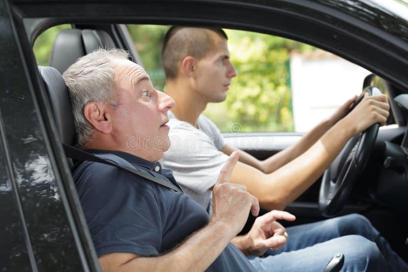 Gefahr auf dem Stra?enfahrer erschrocken lizenzfreie stockfotografie