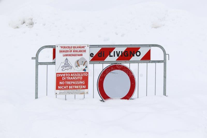 Gefahr der Lawine unterzeichnen herein den Schnee lizenzfreies stockfoto