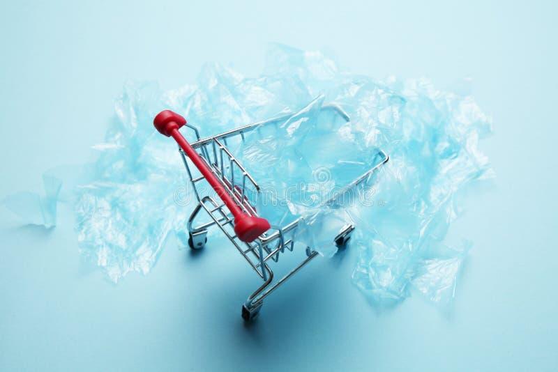 Gefahr des Plastikrückstands, Verschmutzung der Natur und der Planet lizenzfreies stockfoto