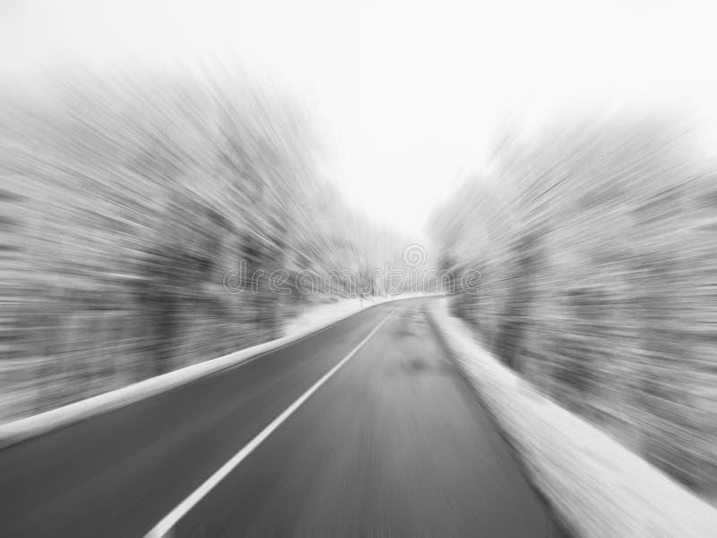 Gefahr, die während des Winterkonzeptes fährt lizenzfreies stockbild