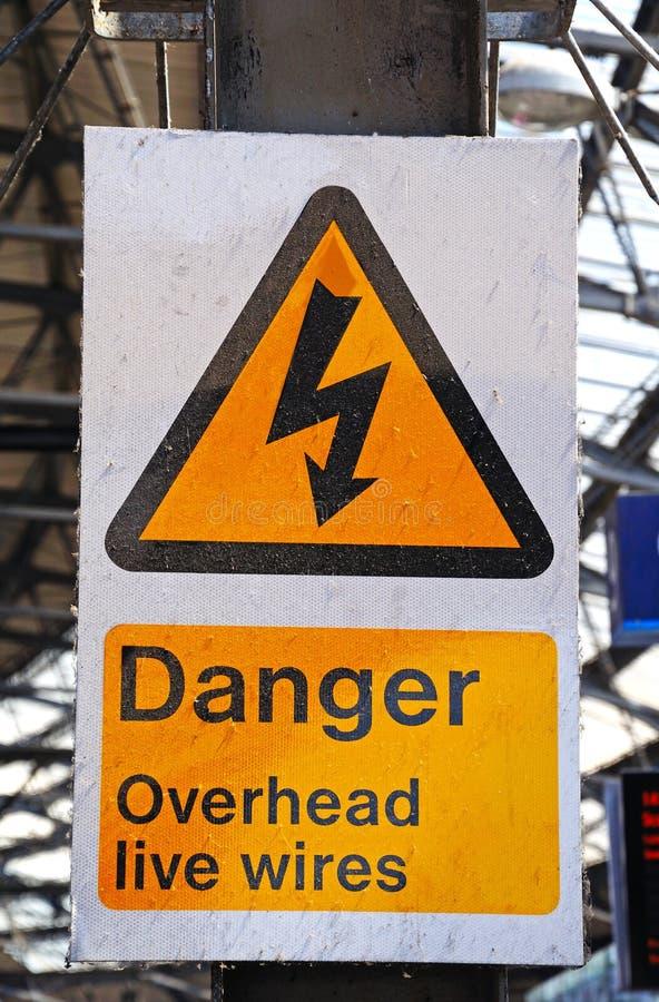 Gefahr obenliegender Live Wires Sign lizenzfreie stockbilder