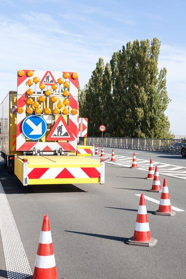 Gefahren an den Straßenarbeiten lizenzfreie stockbilder