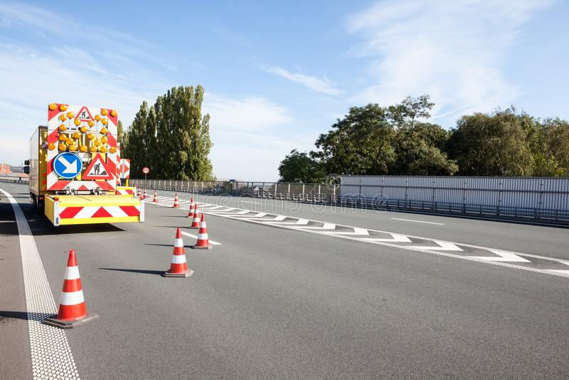 Gefahren an den Straßenarbeiten stockbild