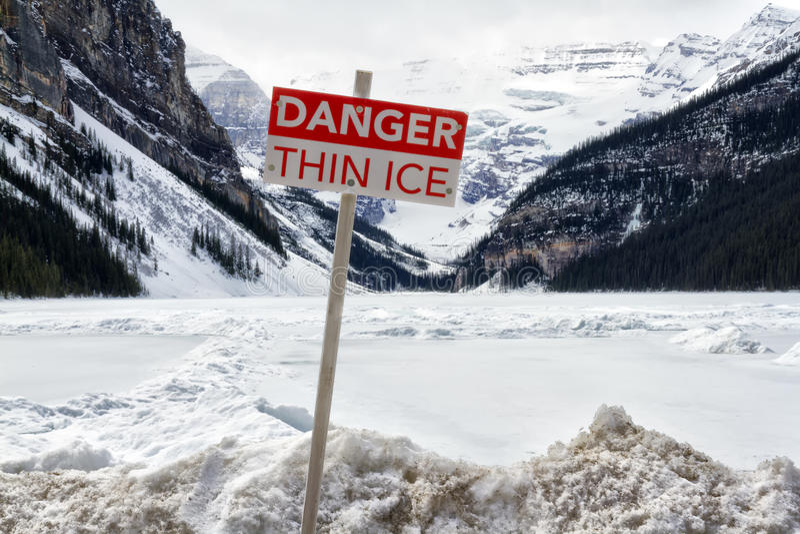 Gefahrendünnes Eiszeichen stockbild