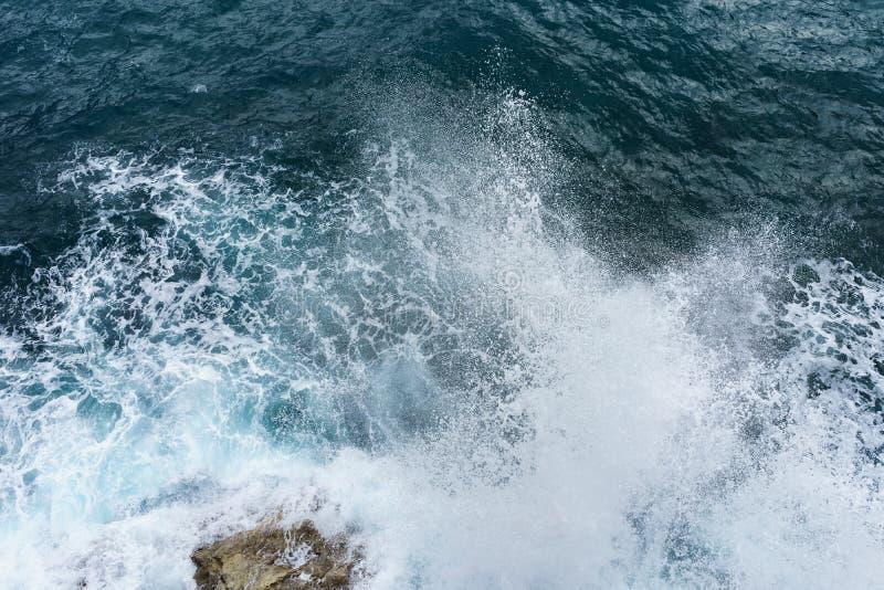 Gefahrenmeereswoge, der auf Felsenküste mit Spray- und Schaum-BEF zusammenstößt lizenzfreie stockfotografie