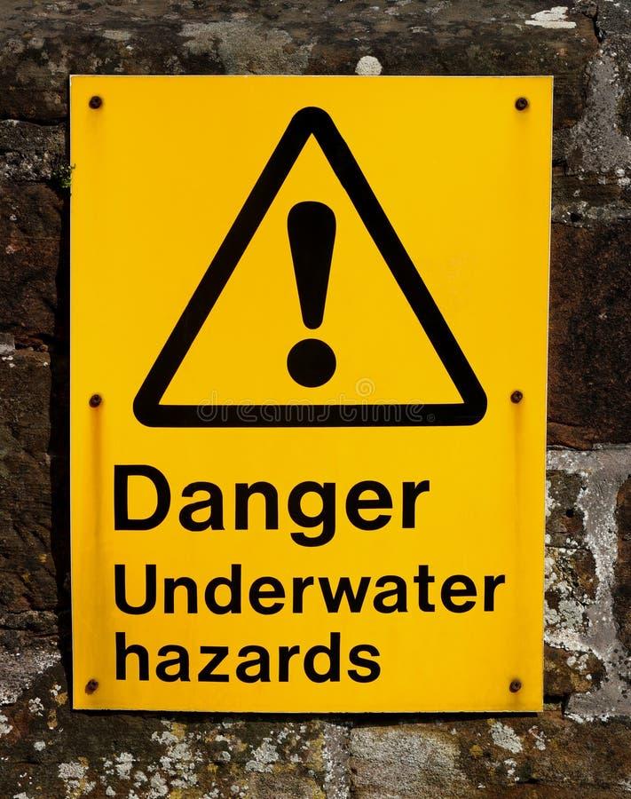 Gefahrenunterwassergefahrenzeichen an einer Flussmündung stockfotografie