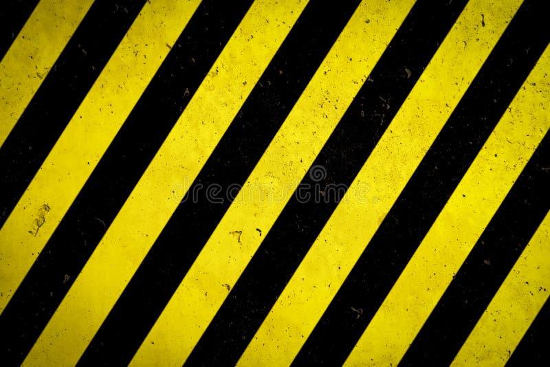 Gefahrenzone: Warnzeichen gelb und schwarze Streifen gemalt über grober Fassade der Betonmauer mit Löchern und Unvollkommenheitsb stock abbildung