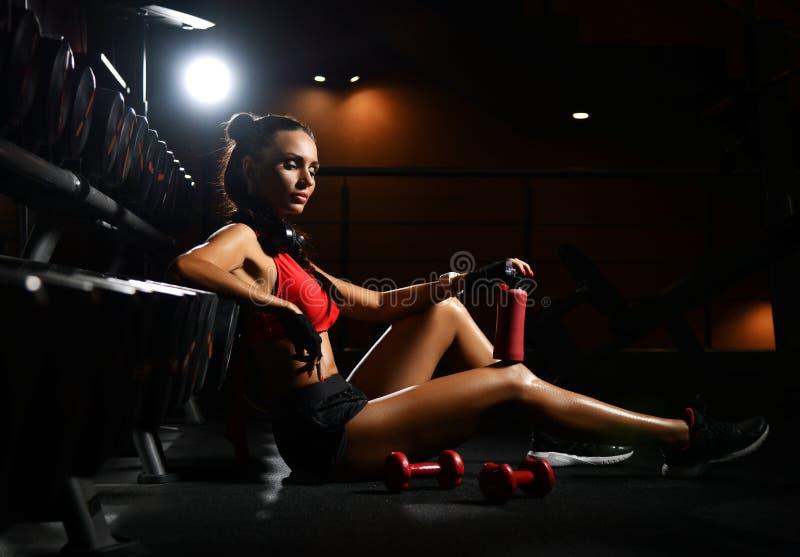 Gefallen mit selbst hat athletisches Mädchen den Bruch zwischen Übungen in der Eignungsmitte Di?t- und Gewichtsverlustkonzept stockfoto
