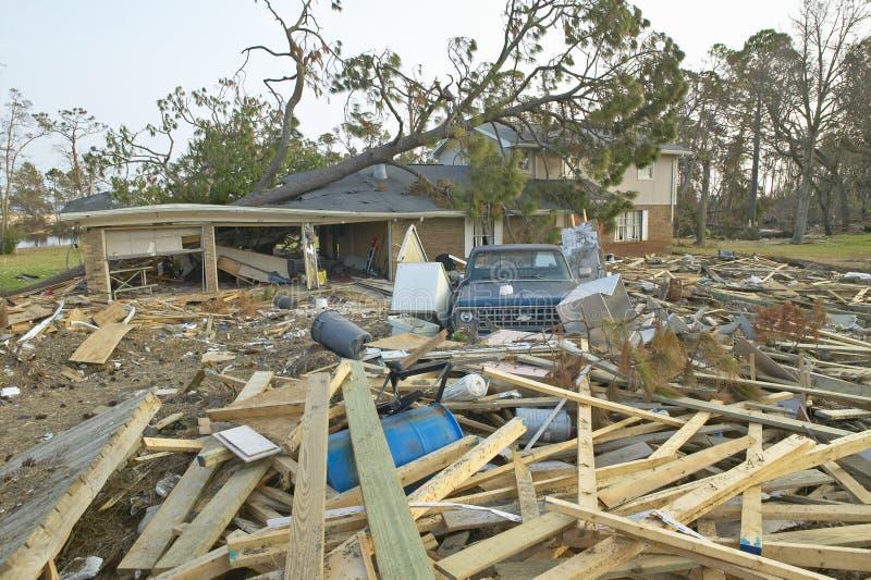 Gefallener Baum und Rückstand vor Haus schlugen schwer durch Hurrikan Iwan in Pensacola Florida lizenzfreie stockfotografie