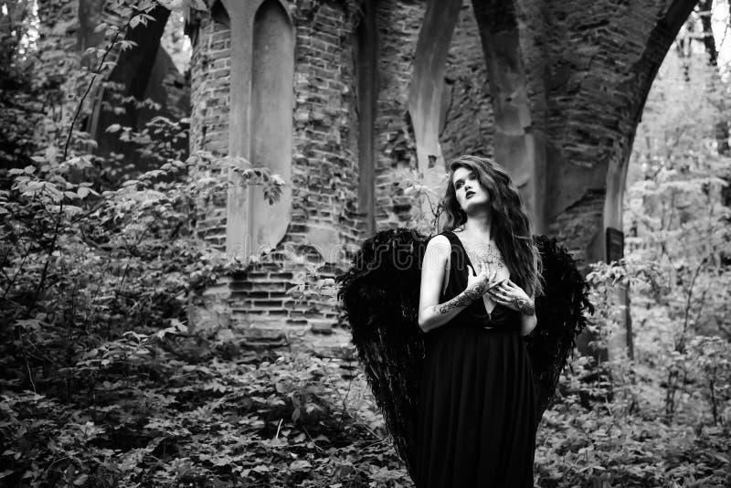 Gefallener Engel mit schwarzen Flügeln lizenzfreie stockfotos