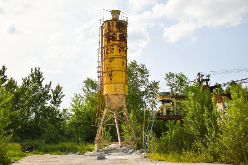 Gefallenes rostiges Industriekonzeptfoto in der verlassenen Zementfabrik mit gealterten Schmutzbeton und -metallstrucures lizenzfreie stockfotografie