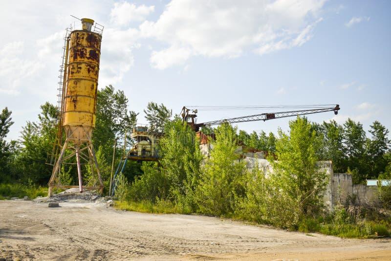 Gefallenes rostiges Industriekonzeptfoto in der verlassenen Zementfabrik mit gealterten Schmutzbeton und -metallstrucures lizenzfreie stockfotos