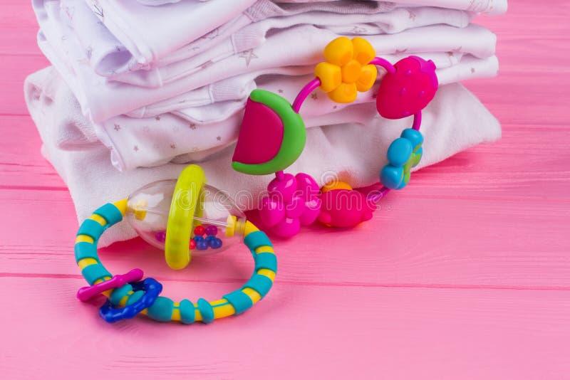 Gefaltete Babykleidung und -spielwaren lizenzfreie stockfotos