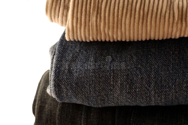 Gefaltete Hosen in einem Stapel stockbilder
