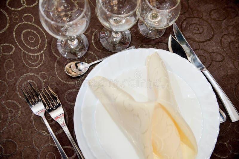 Gefaltete Serviette auf einer Platte lizenzfreie stockfotos