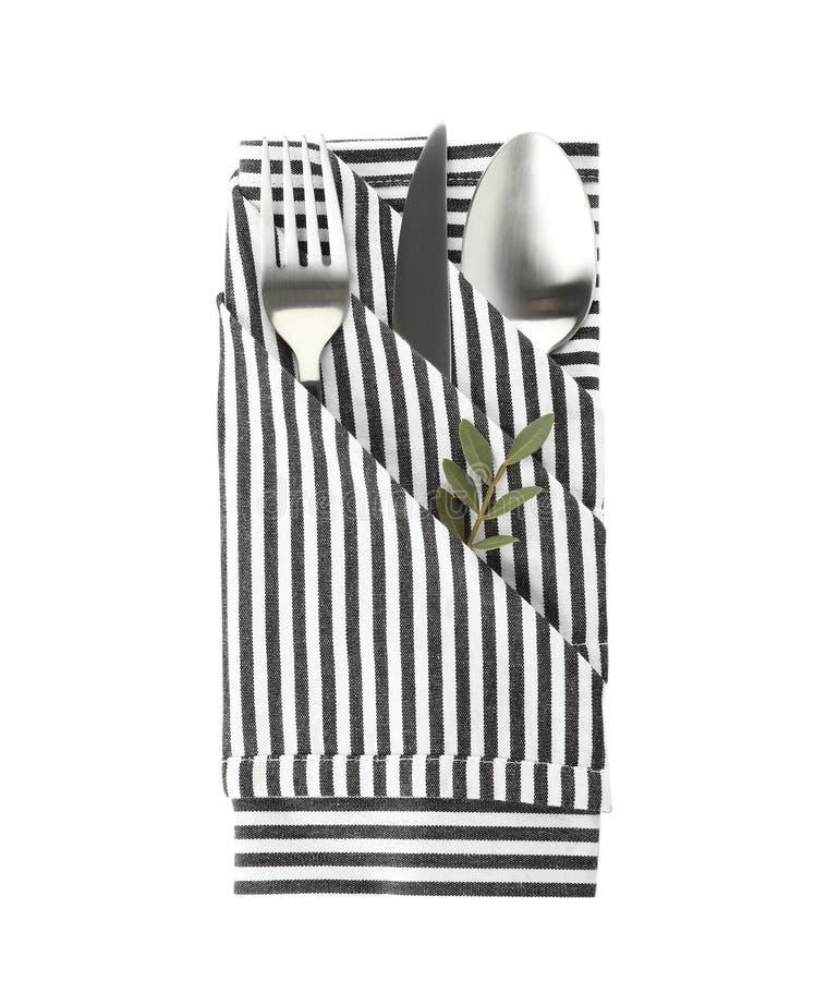 Gefaltete Serviette mit Gabel, Löffel und Messer auf weißem Hintergrund lizenzfreies stockbild