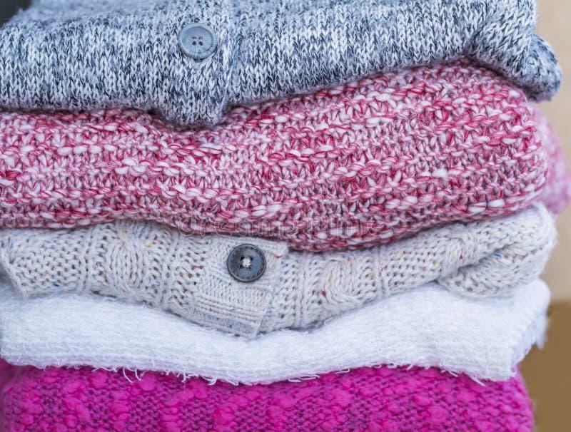 Gefaltete woolen Strickjacken lizenzfreie stockfotos