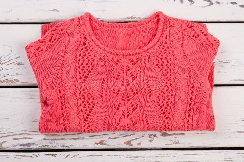 Gefalteter Frauen ` s Pullover auf Schaukasten stockbild