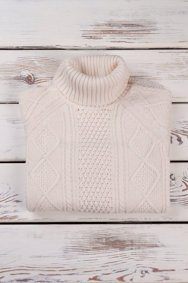 Gefalteter weißer handgemachter Pullover lizenzfreie stockfotografie