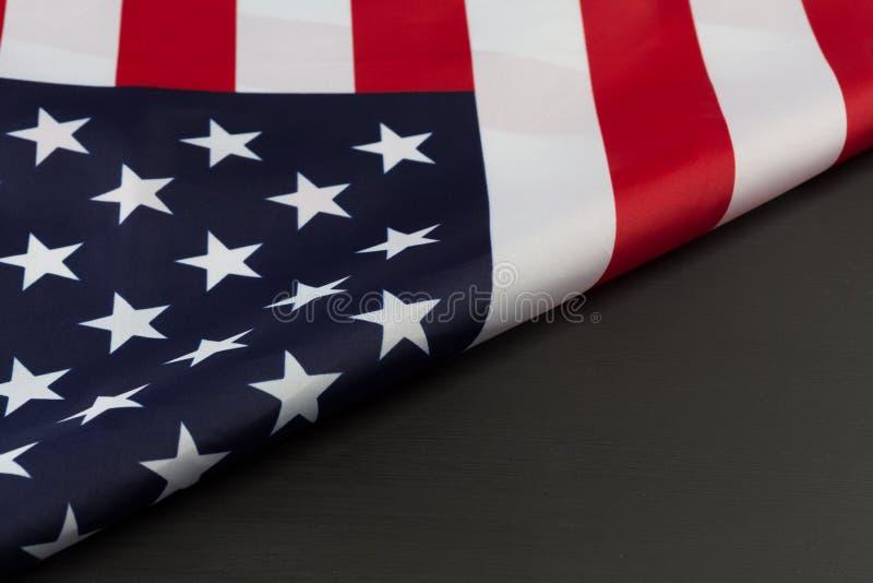 Gefaltetes Fragment der amerikanischer Flagge auf Tafel lizenzfreie stockbilder