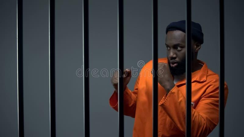 Gefangener aus Afrika und Amerika bereiten sich darauf vor, in Zelle mit Insasse, Streit stockfotos