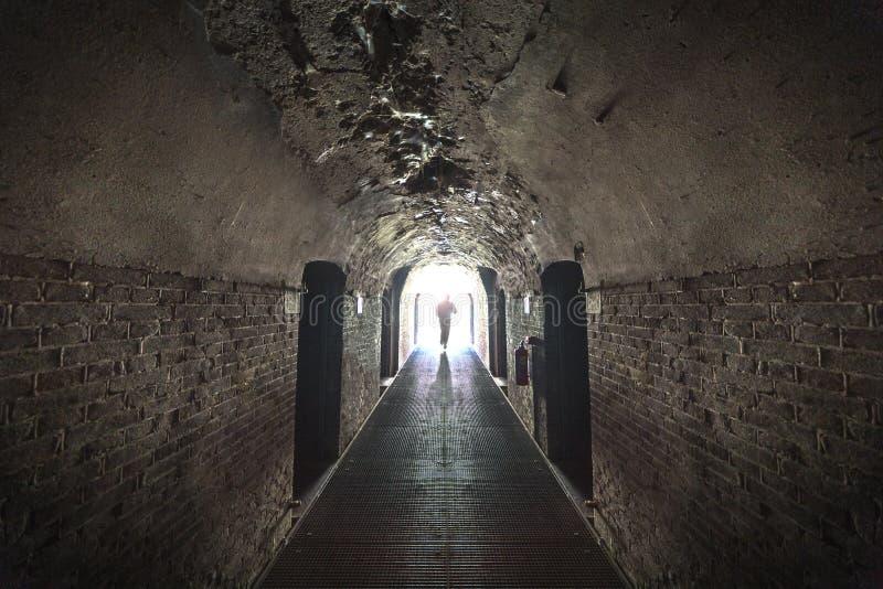 Gefangener, der heraus zu den Lichtern läuft