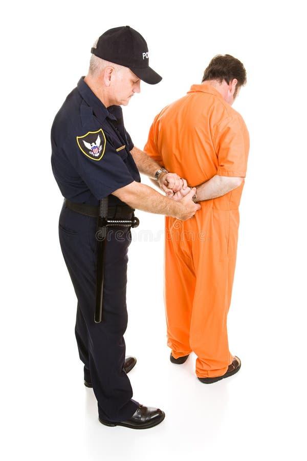 Gefangener fesselte durch Policeman mit Handschellen lizenzfreies stockfoto