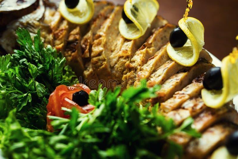Gefilte fisk, Gefilte fisk på plattacloseupen läckert välfylldt royaltyfri fotografi
