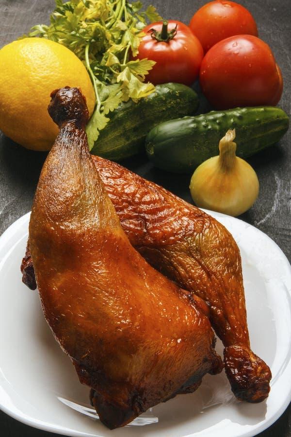 Geflügelfleisch briet auf einem Grill und einem frischen organischen Gemüse auf einem schwarzen Hintergrund Landwirtschaftslebens stockfotografie