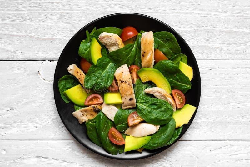 Geflügelsalat mit Avocado, Spinat und Tomatenkirsche im Schwarzblech lizenzfreies stockfoto