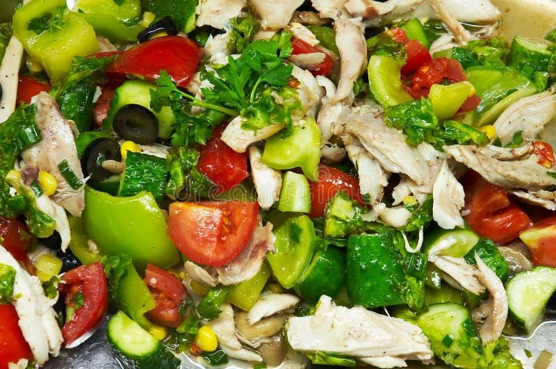 Geflügelsalat mit frischem hellem farbigem Gemüse lizenzfreie stockfotografie
