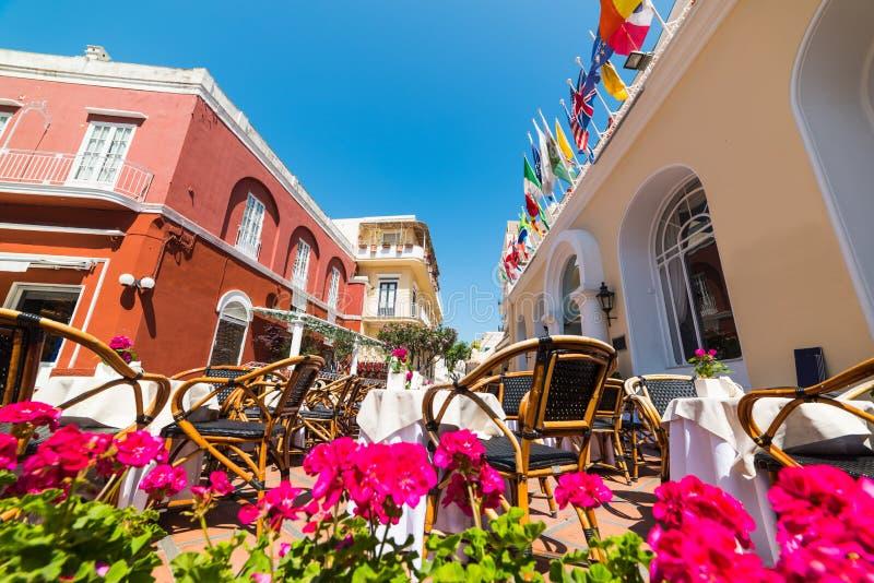 Geflochtene Stühle und Tabellen auf einem malerischen Quadrat in Capri lizenzfreies stockfoto
