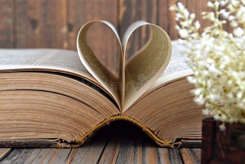 Geformte Buchseiten des Herzens lizenzfreies stockfoto