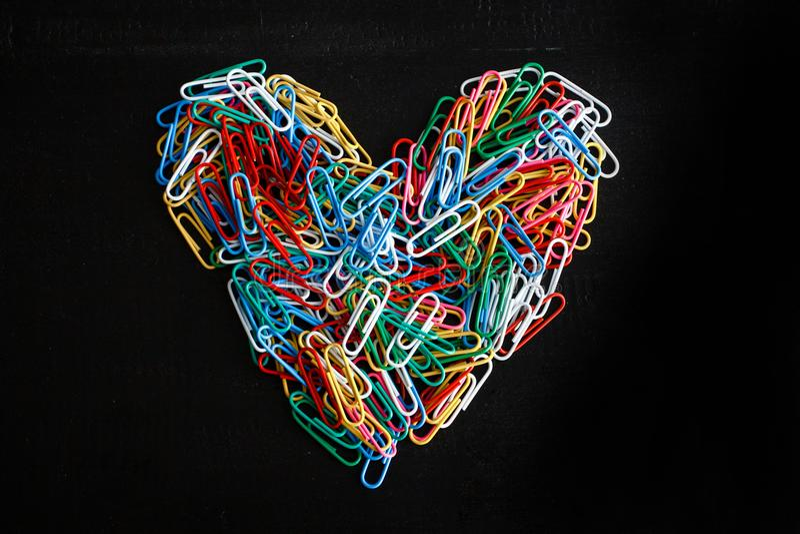 Geformte bunte Büroklammern des Herzens lizenzfreies stockbild