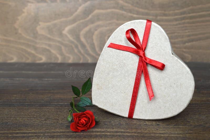 Geformte Geschenkbox des Herzens und stieg lizenzfreie stockfotos