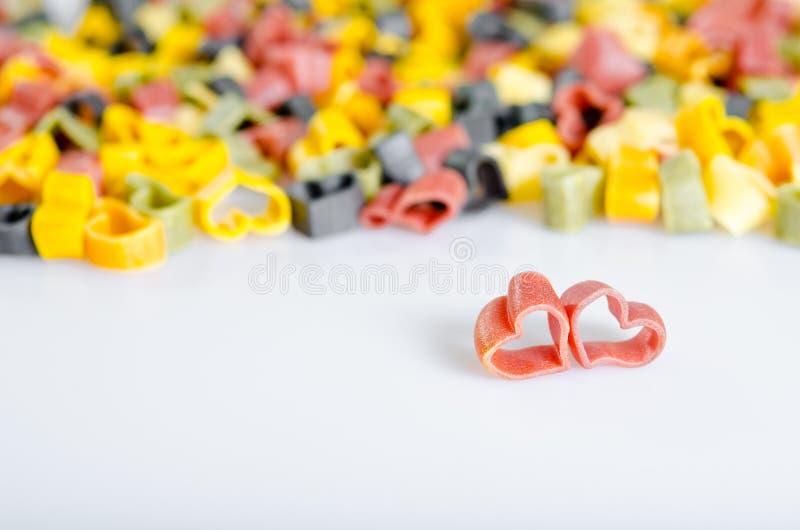Geformte italienische Teigwaren des Herzens. zwei rote Herzen lizenzfreie stockfotos
