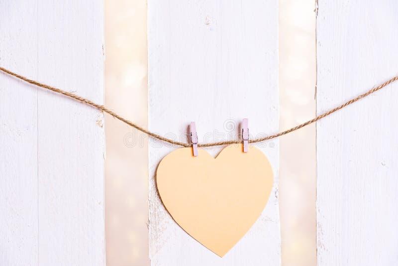 Geformte Mitteilungskarte des Herzens auf einer Schnur stockfotografie