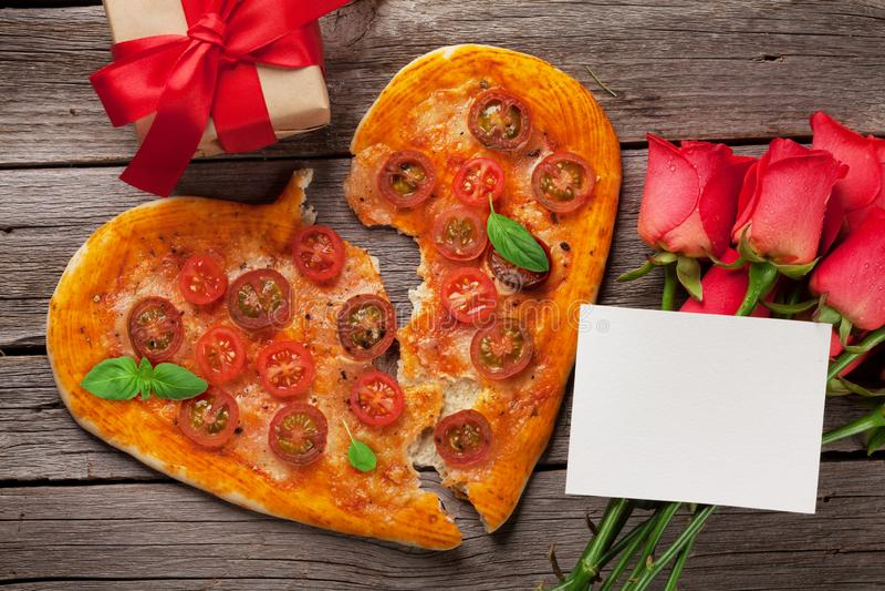 Geformte Pizza des Herzens mit Tomaten und Mozzarella stockfoto