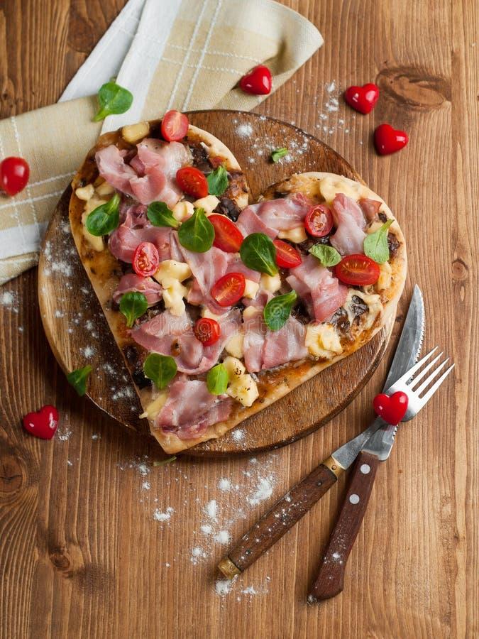 Geformte Pizza des Inneren lizenzfreie stockfotografie