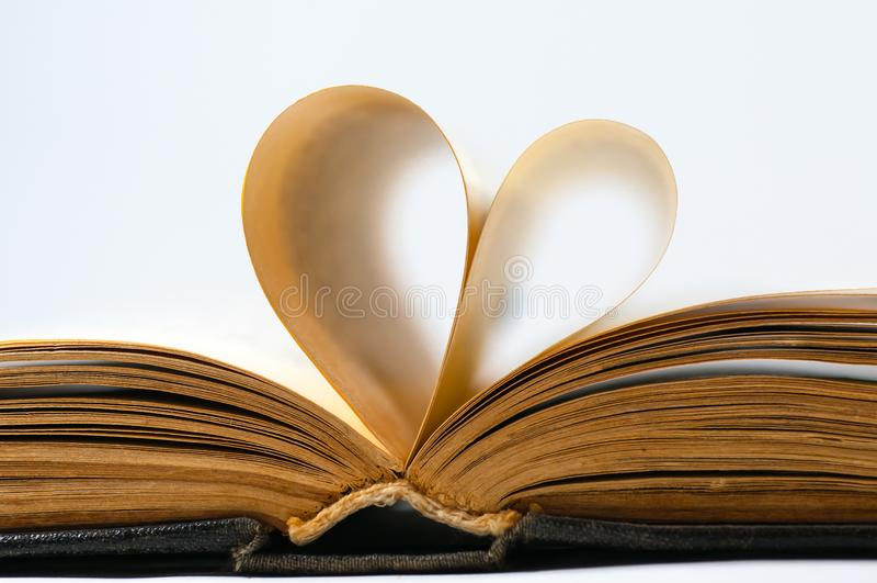 Geformte Seiten des alten Buches des Herzens lizenzfreie stockfotografie