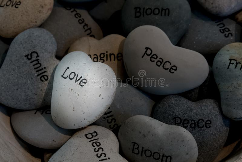 Geformte Steine des inspirierend Herzens im Korb stockfotografie
